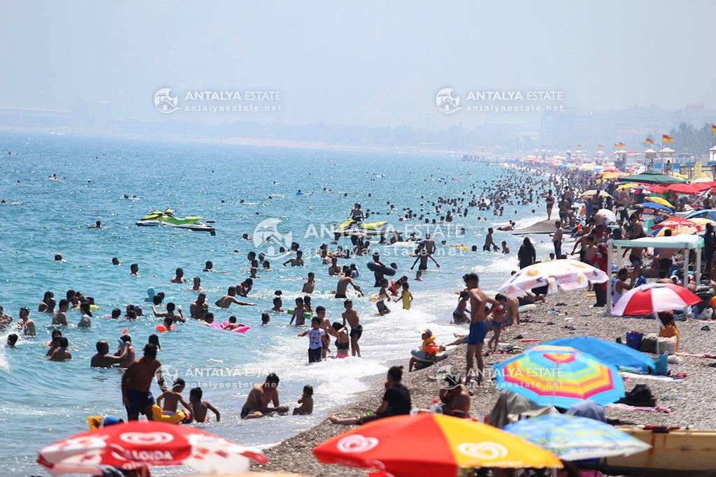 A crowded beach in Antalya